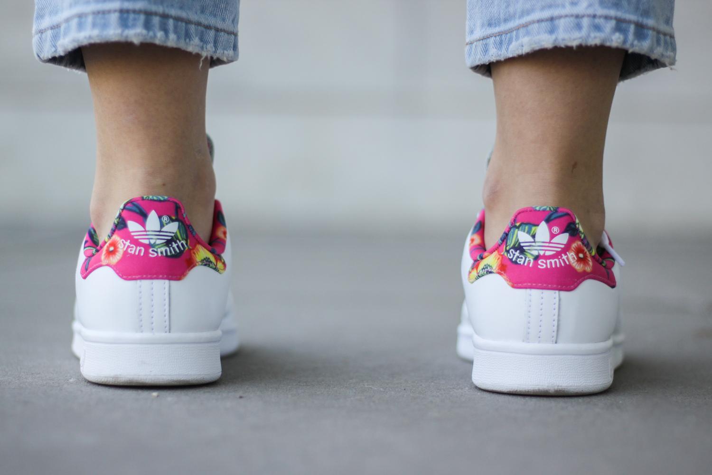 franziska-elea-deutsche-blogger-modeblog-fashionblog-muenchen-latzhose-trend-ootd-style-look-weisse-schuhe-sneaker-adidas-stan-smith-muster-pink