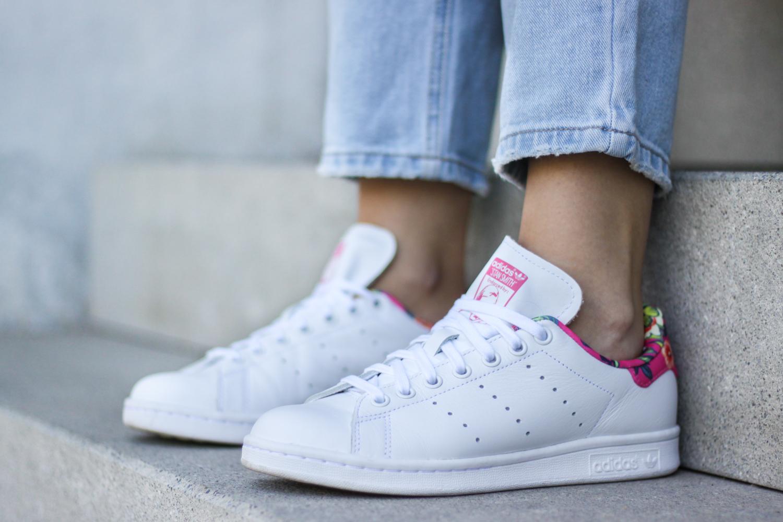 franziska-elea-deutsche-blogger-modeblog-fashionblog-muenchen-latzhose-trend-ootd-style-look-weisse-schuhe-sneaker-adidas-stan-smith-superstar-pink