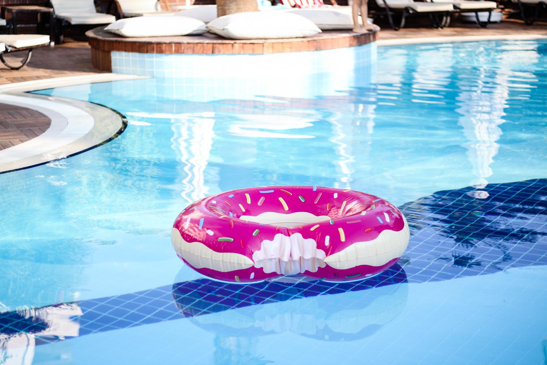 franziska-elea-deutsche-blogger-modeblog-fashionblog-muenchen-urlaub-2016-sommer-pool-strand-beach-donut-schwimmdonut-wasser-toy-pink-ferien