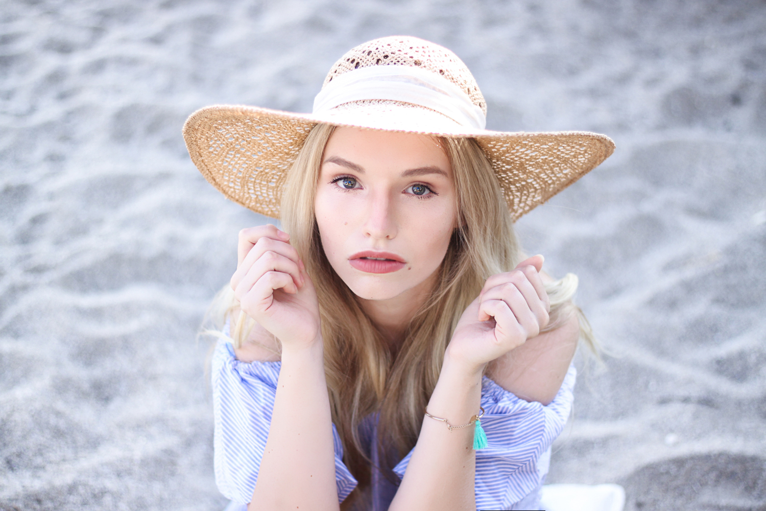 franziska-elea-deutsche-blogger-modeblog-fashionblog-muenchen-urlaub-meer-strand-hut-portrait-beauty-off-shoulder-sommer-shooting-vacay-beach