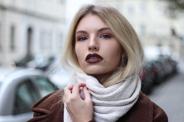 franziska-elea-blogger-aus-muenchen-portrait-maedchen-outfit-fashionblog-brauner-mantel-edited-dinge-die-an-bloggern-nerven-winterschal-kuscheliger-schal