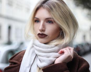 franziska-elea-blogger-aus-muenchen-portrait-maedchen-outfit-mit-streifenpulli-und-mom-jeans-pferdeschwanz-gesicht-modeblogger-fashionblog-misslyn