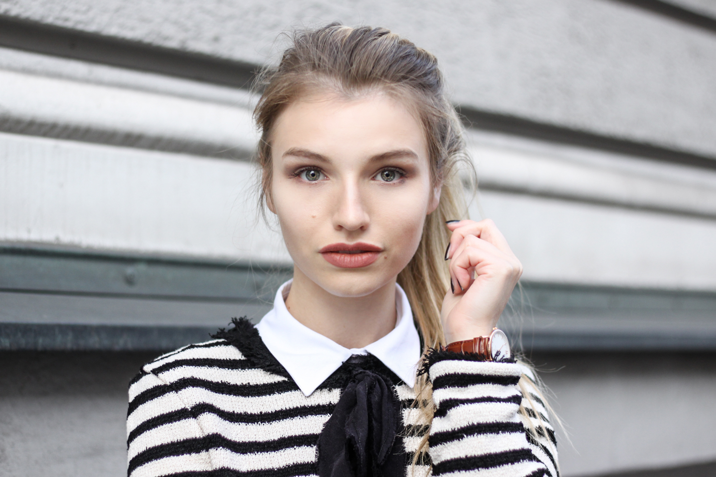 franziska-elea-blogger-aus-muenchen-portrait-maedchen-outfit-mit-streifenpulli-und-mom-jeans-pferdeschwanz-gesicht-modeblogger-fashionblog