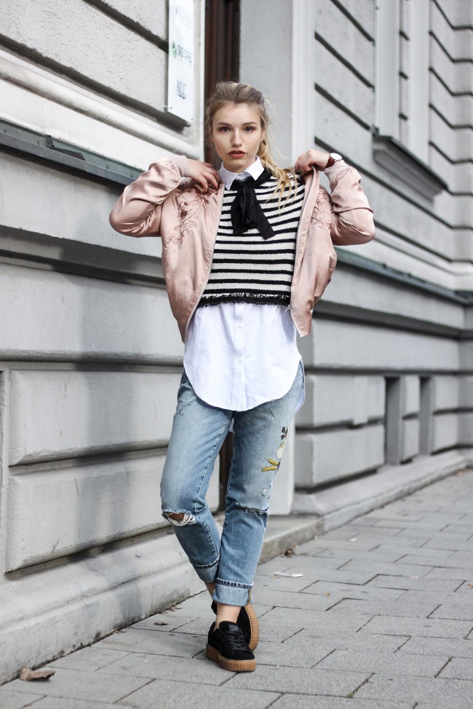 franziska-elea-blogger-aus-muenchen-streetstyle-rosa-bomberjacke-mit-puma-creepers-und-streifenpulli-pullover-mit-schleife-mom-jeans-von-zara-boyfriend-jeans