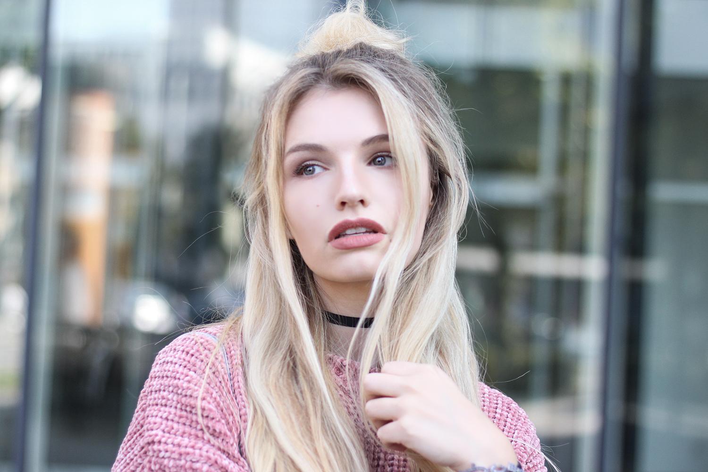 franziska-elea-samt-pullover-von-zara-rosa-velvet-knitwear-samtpullover-choker-halsband-enge-halskette-90er-halbdutt-dutt-frisur-hairstyle-trend-blogger-frisur