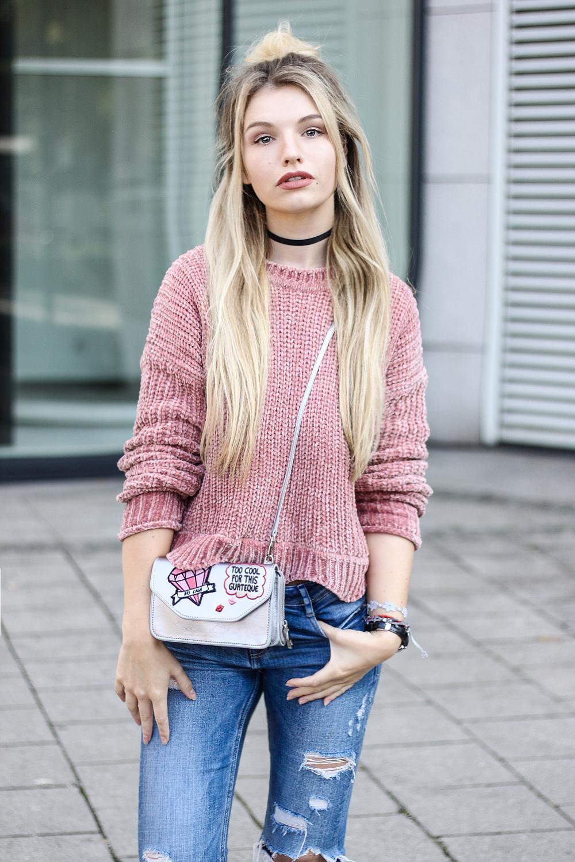 franziska-elea-samt-pullover-von-zara-rosa-velvet-pulli-tasche-metallic-mit-patches-fashionblog-aus-muenchen-modeblogger-ootd-streetstyle-strickpulli-herbst