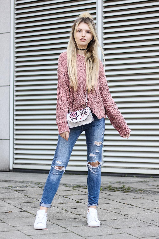 franziska-elea-samt-pullover-von-zara-rosa-velvet-pulli-tasche-metallic-mit-patches-fashionblog-aus-muenchen-zerrissene-jeans-blogger-streetstyle-dutt-frisur