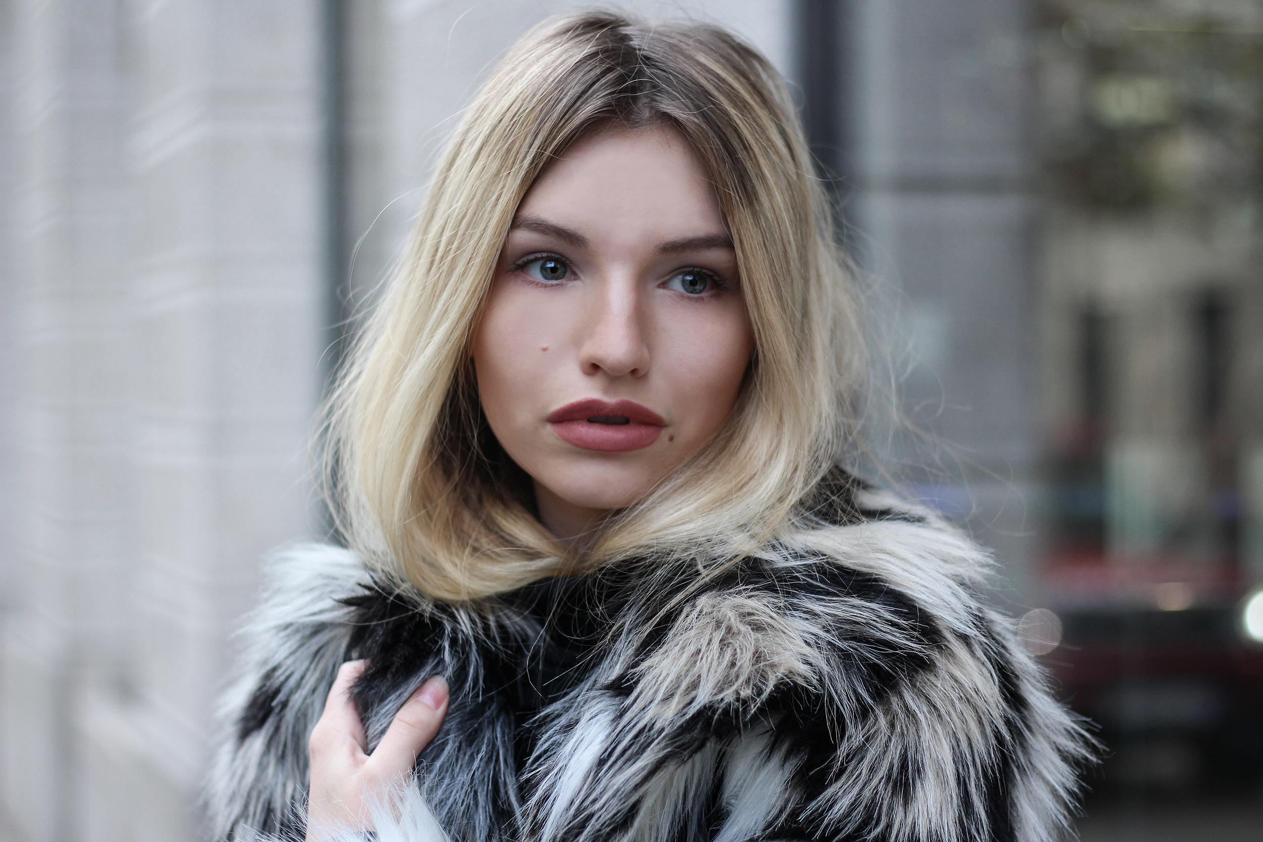 franziska-elea-blogger-aus-muenchen-fake-fur-jacke-netzstrumpfhose-overknee-stiefel-guess-lederrucksack-minirucksack-portrait-blondine-details