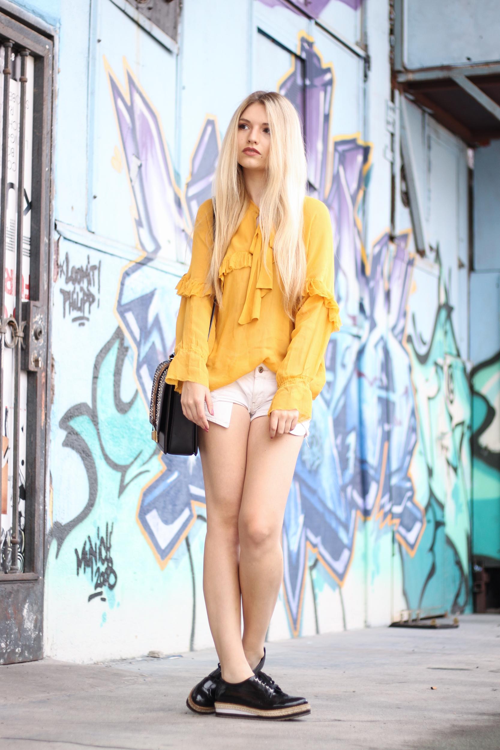 franziska-elea-blogger-aus-muenchen-fashionblog-mode-blog-outfit-volants-bluse-zara-senfgeld-verdrehte-fuesse-umhaengetasche-doppelkinn-witzig