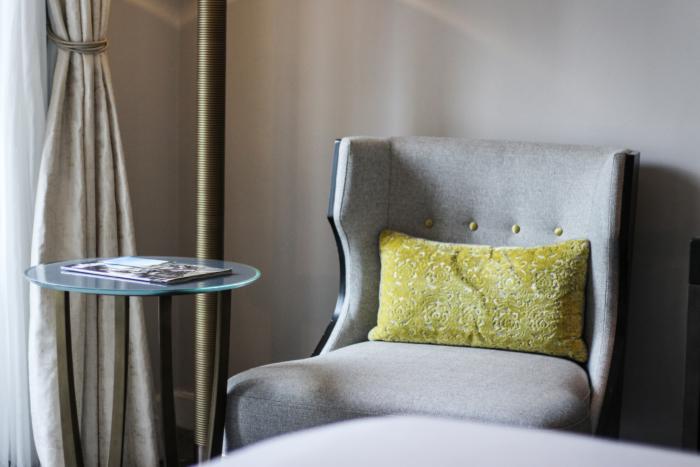 franziska-elea-blogger-aus-muenchen-fashionblog-travelblog-interior-hilton-hotel-paris-opera-luxushotel-pariser-zentrum-sessel-glastisch-zimmer_