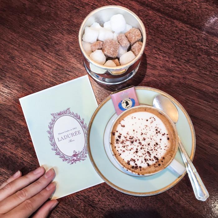 franziska-elea-blogger-aus-muenchen-la-duree-paris-travelblog-reiseblogger-parisreise-wochenendtrip-kaffee-bei-laduree-macaron-laden-frankreich
