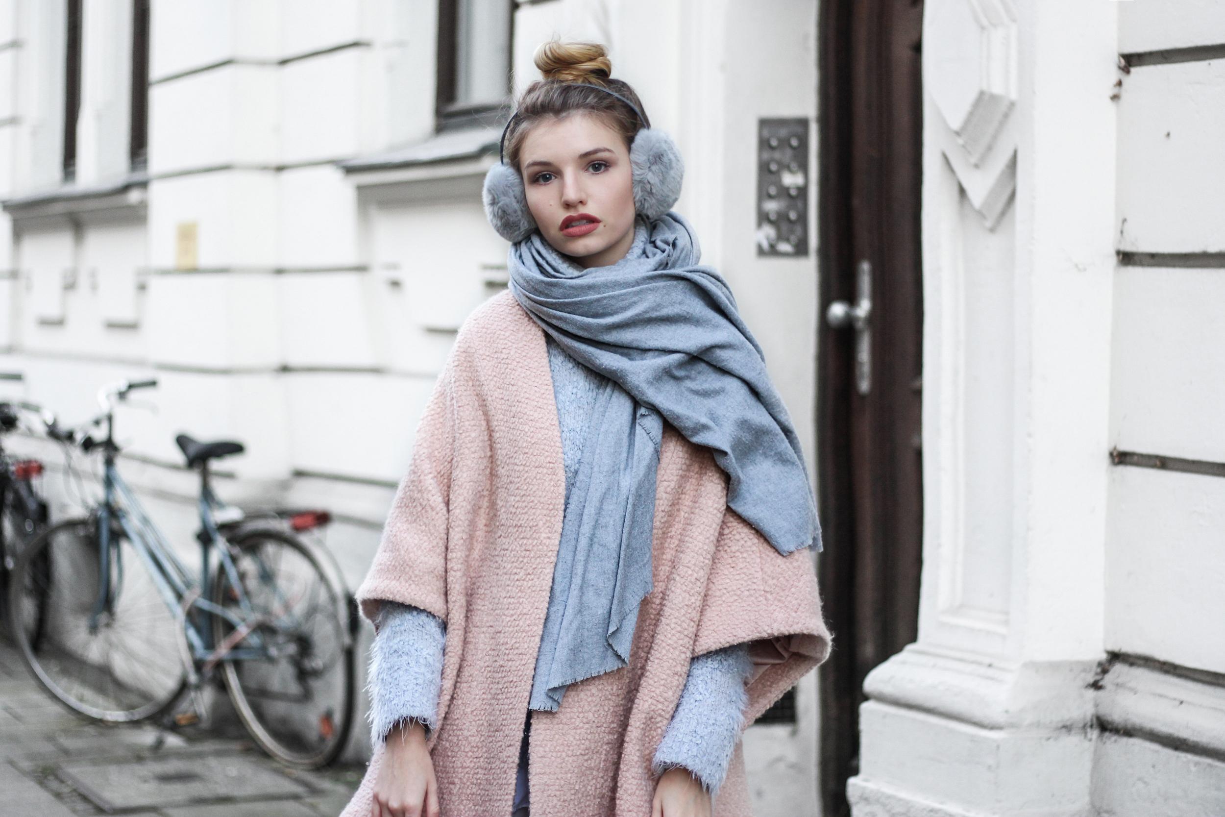 franziska-elea-blogger-aus-muenchen-fashionblog-rosa-mantel-pastell-puderfarben-herbst-winter-trend-2016-ohrenwaermer-ohrwaermer-lagenlook-streetstyle