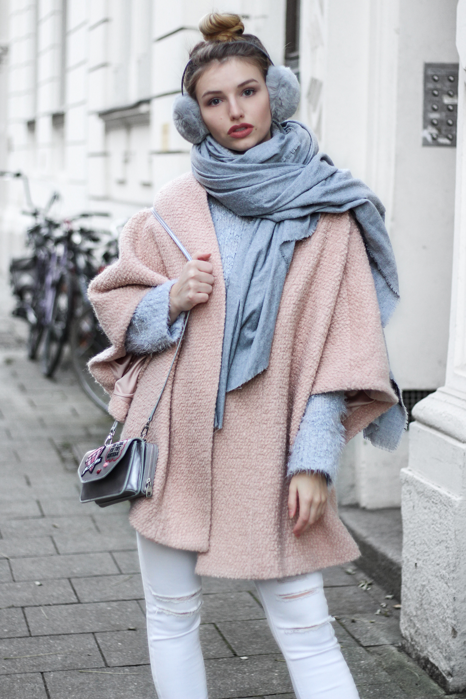 franziska-elea-blogger-aus-muenchen-fashionblog-rosa-mantel-pastell-puderfarben-herbst-winter-trend-2016-ohrenwaermer-ohrwaermer-xxl-schal-pink