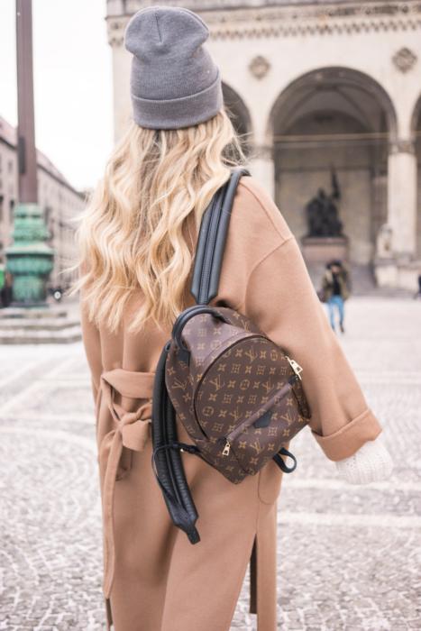 55e8c1f1d4cbf Mantel  Zara Pullover  Reserved Beanie  Vans Rucksack  Louis Vuitton Boots   Office
